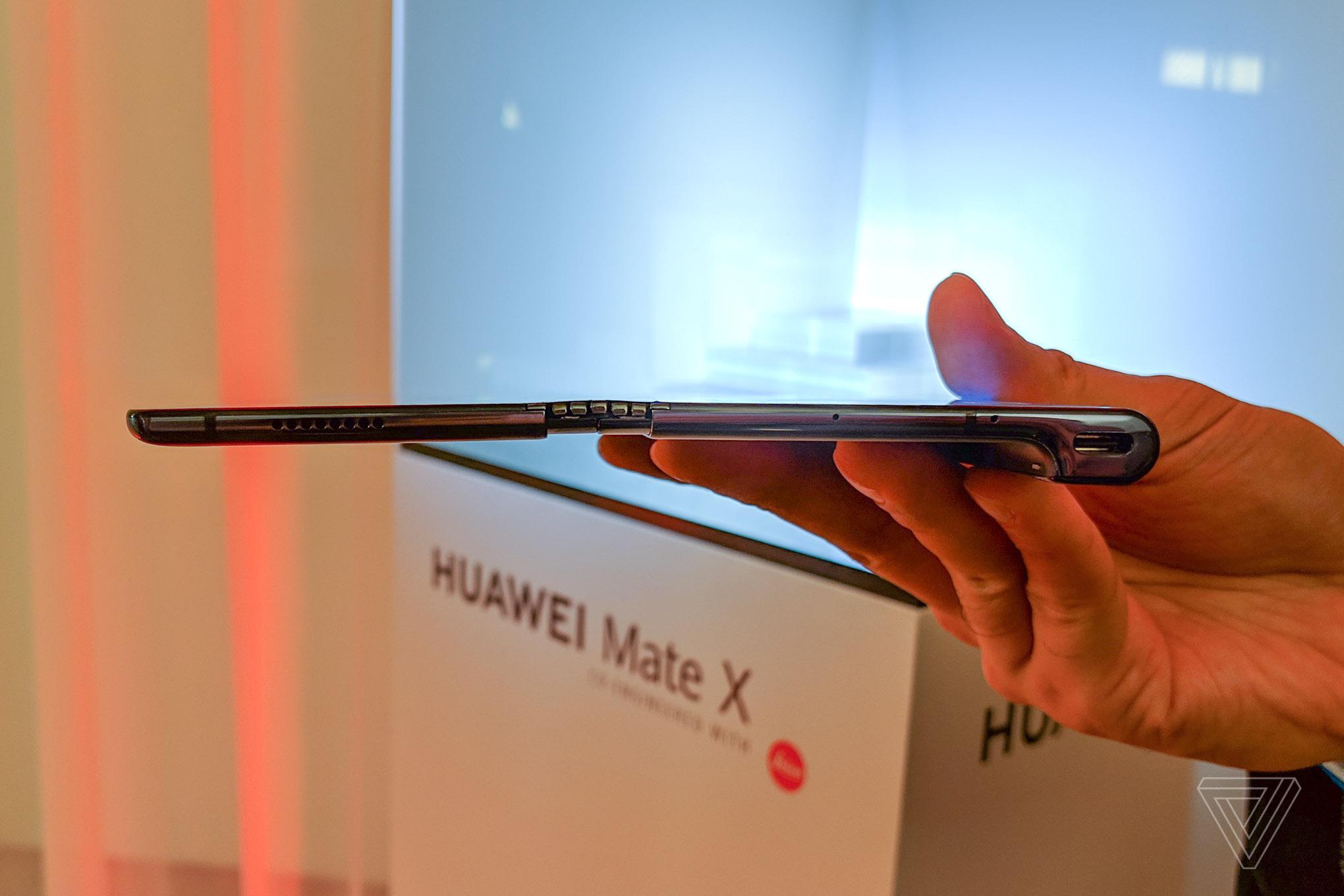 130eb780f27de В сложенном состоянии толщина смартфона всего 11 мм, в разложенном — 5,6  мм, то есть даже тоньше iPad Pro.