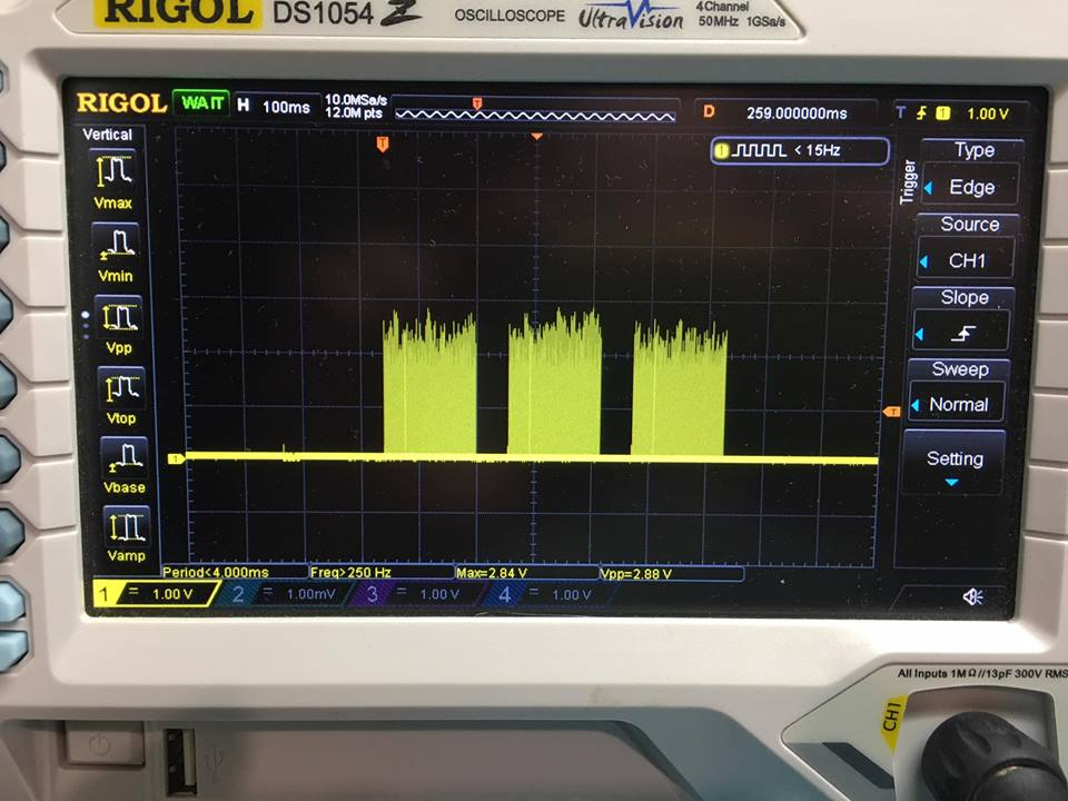 «А вот и он!  Как видно по уровню едва дотягивает до 2,5В, так что контроллер не распознает логические единички...
