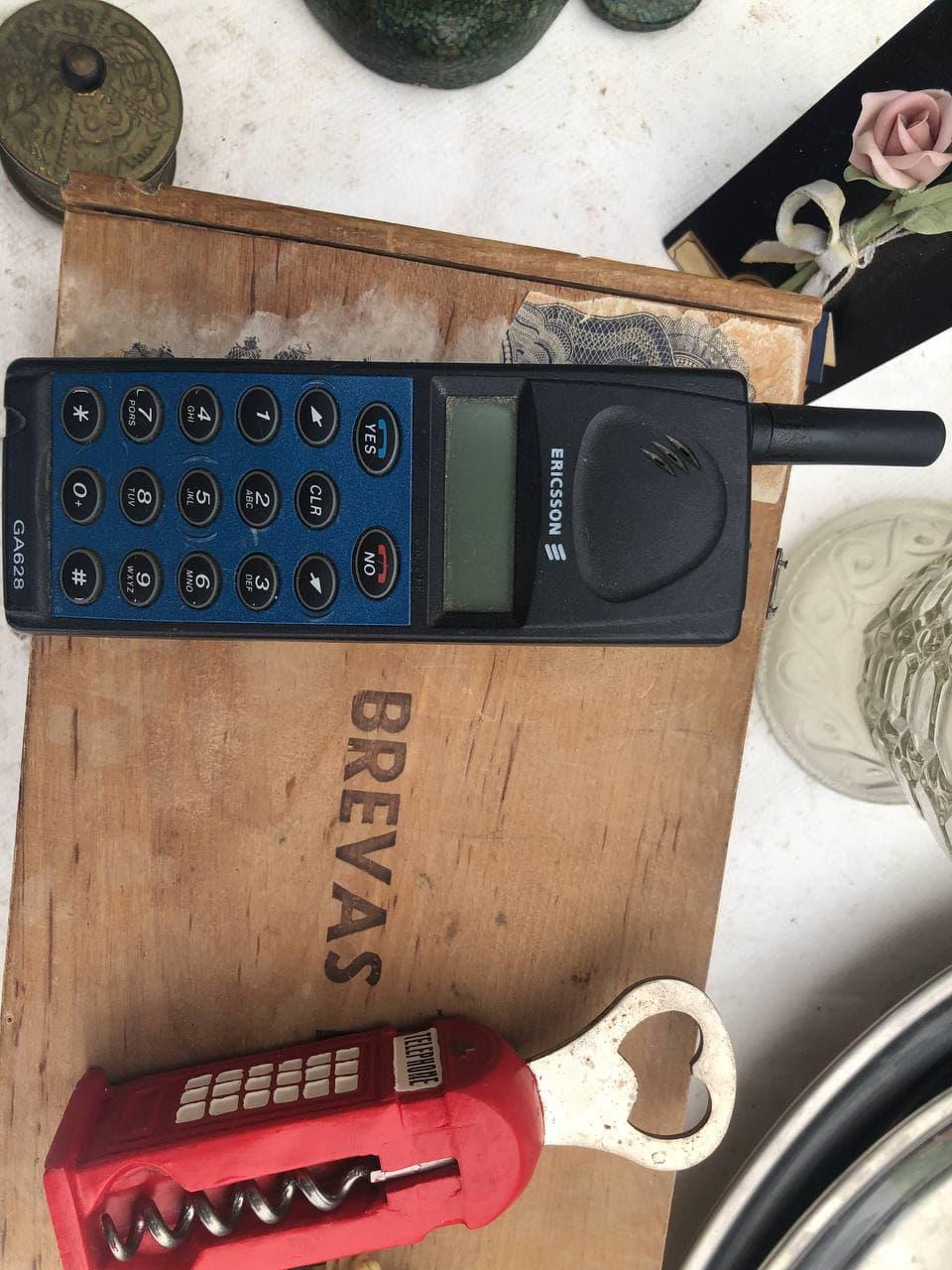 Испанская барахолка камеры, старые сотовые телефоны и очень старые ноутбуки