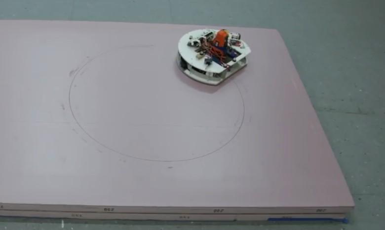 Несколько маленьких роботов вырезают мебель по компьютерному макету