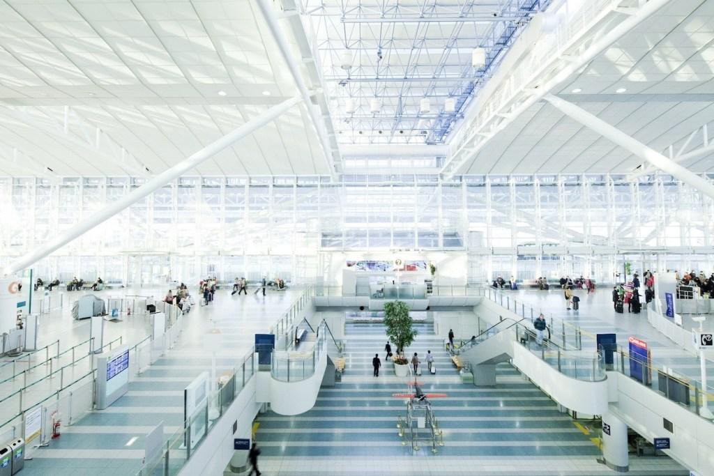 Как аэропорт Фукуока узнал, какие меры будут эффективны для уменьшения очередей
