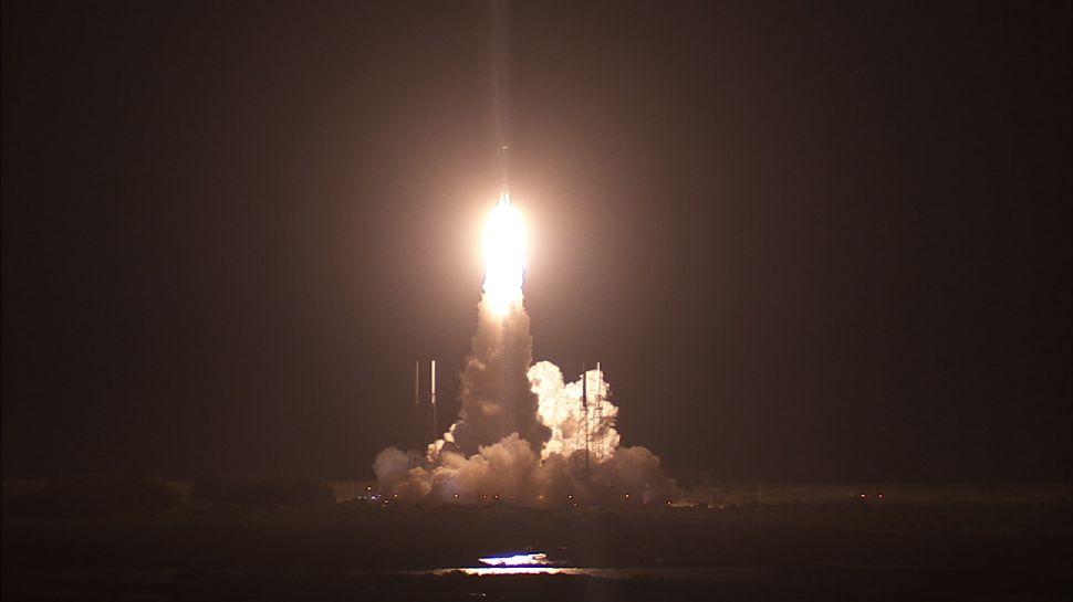 Зачем ровно 4 года назад NASA прострелила ночное небо мыса Канаверал ракетой Atlas V?