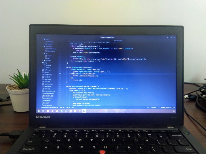 Lite на моём компьютере с Linux, снято автором. Фотография ноутбука с Linux и редактора Lite, который выполняется на ноутбуке