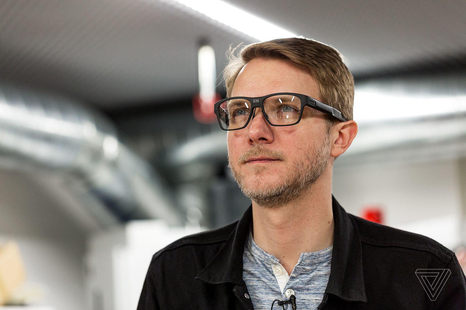 Intel показала умные очки, в которых изображение транслируется на сетчатку глаза